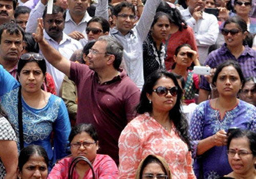 Angry Parents Protest Against Unjustified Fee Hike by Private Schools